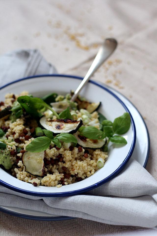 Salade gierst, linzen, courgette, avocado en spinazie