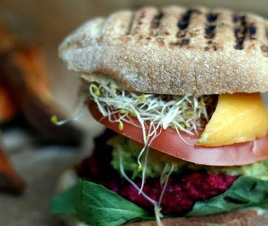 Bietenburgers met feta, avocado & mango