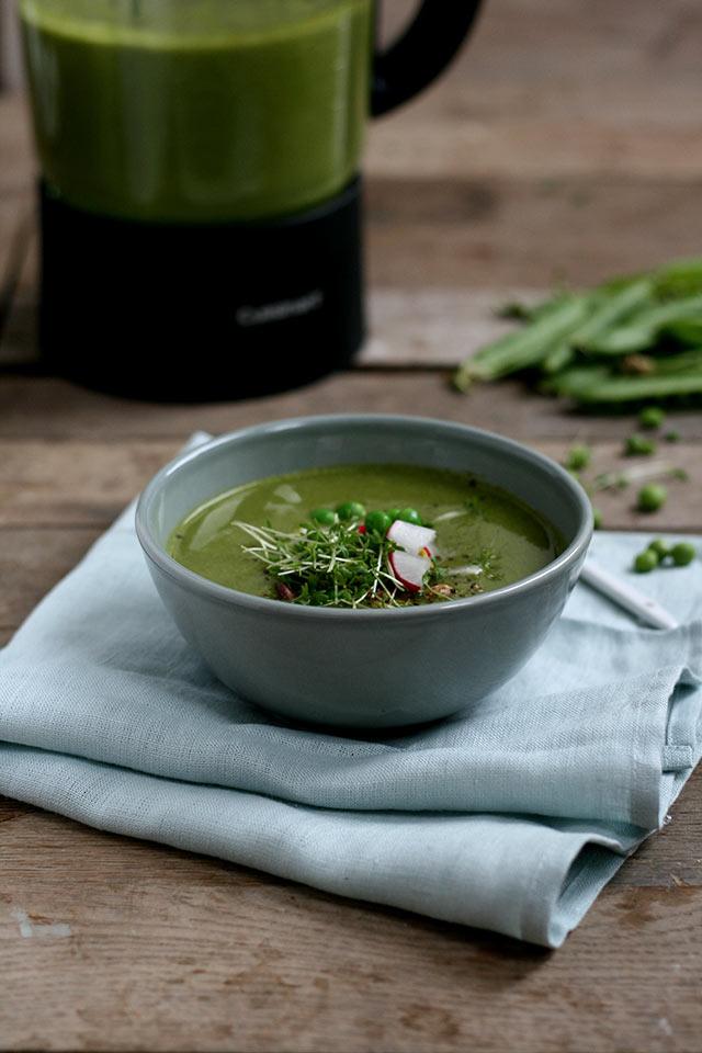 Doperwtensoep met radijsblad soep en pistache
