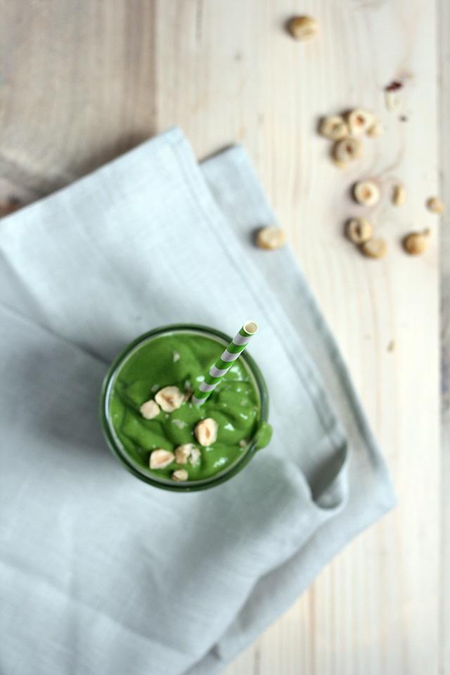 Groene smoothie met avocado, banaan en spinazie