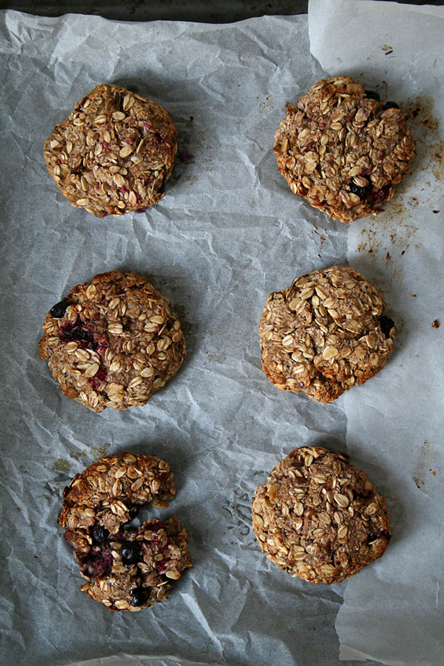 Ouderwetse Keukenweegschaal : Havermout koekjes met banaan, kokos, pecannoten en blauwe bessen