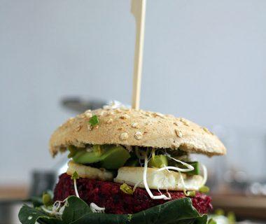 Kikkererwten bietenburgers met halloumi & avocado