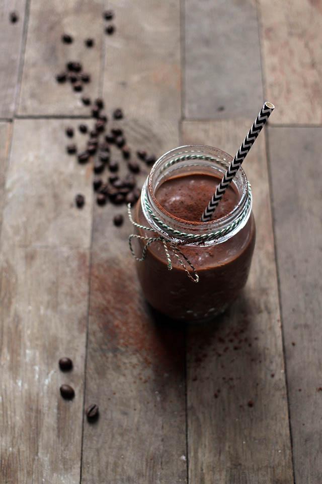 Chocolade koffie smoothie met banaan en avocado
