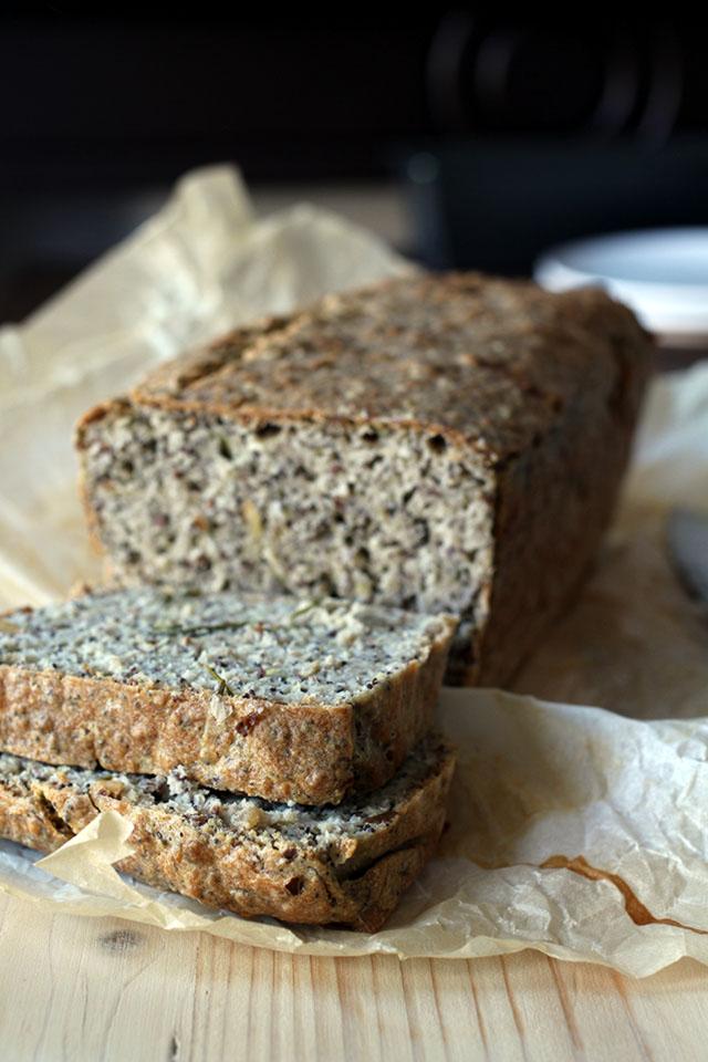 Glutenvrij boekweit brood bakken met amandelmeel en zaden