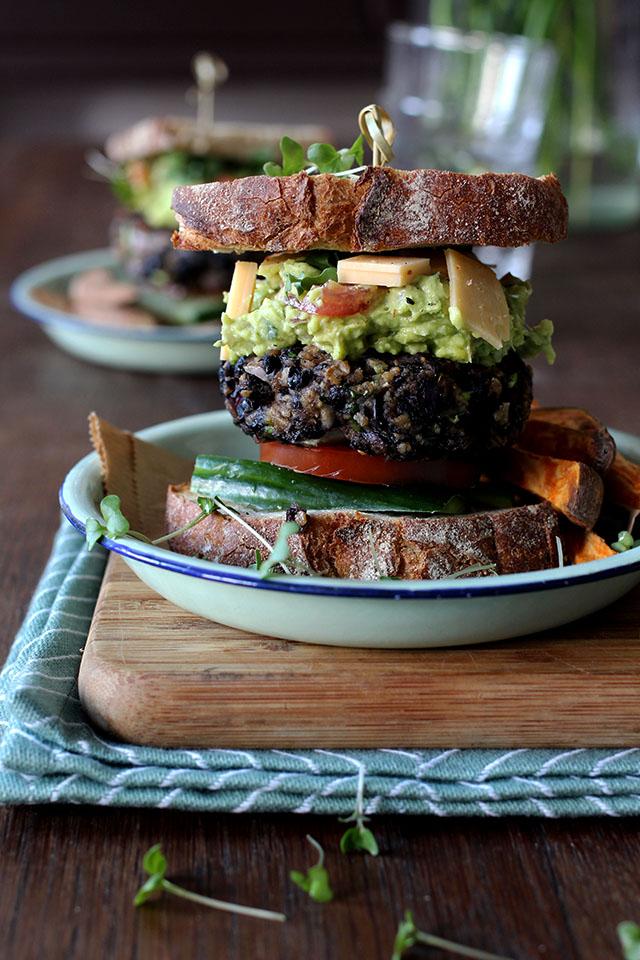 Vegan zwarte bonenburger recept met avocado