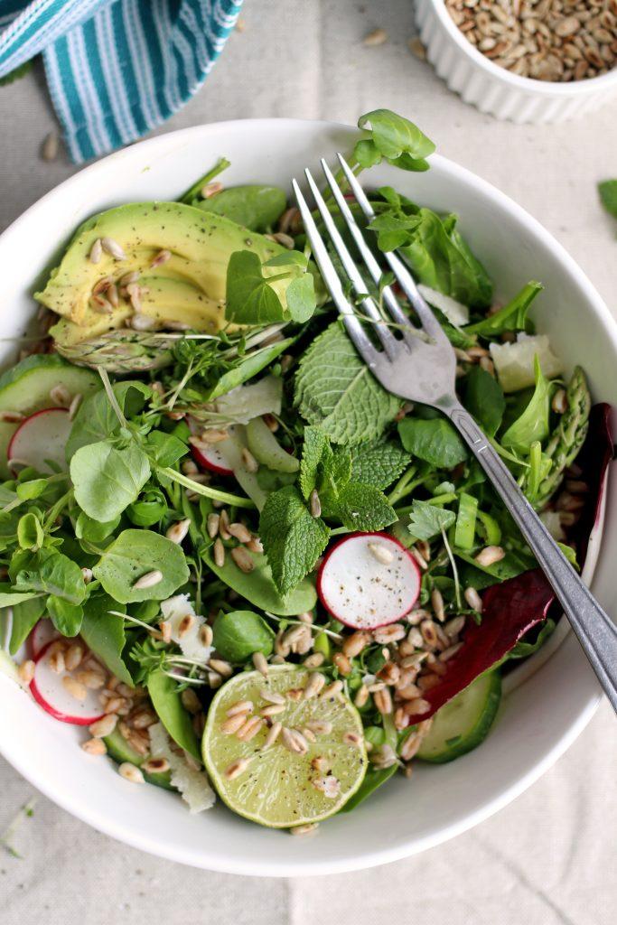 Speltsalade met asperges, avocado, radijsjes & limoen