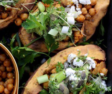 Zoete aardappel uit de oven met kikkererwten en geitenkaas
