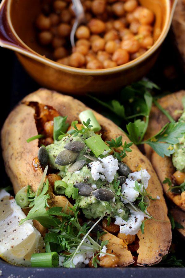 Zoete aardappel uit de oven met kikkererwten en feta