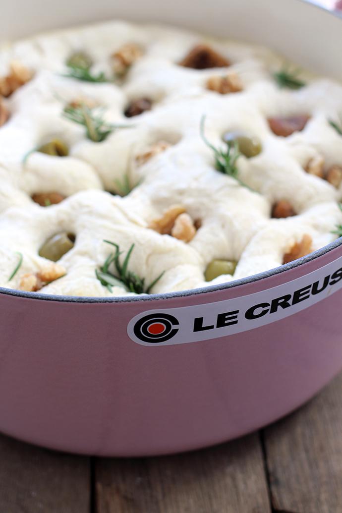 Focaccia recept met groene olijven, walnoten en gedroogde vijgen uit de braadpan