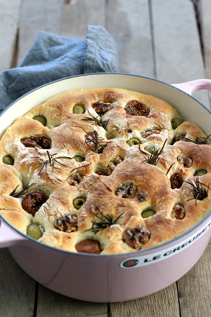 Focaccia met groene olijven, walnoten en gedroogde vijgen uit de braadpan