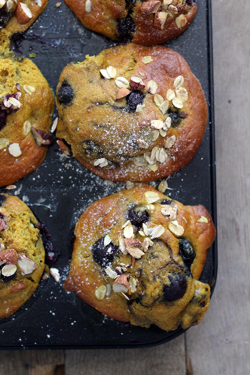 Gezonde ontbijtmuffins met havermout, banaan, bosbessen & kurkuma