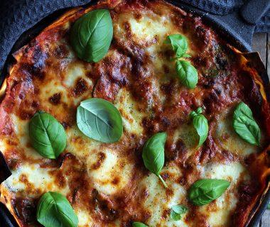 Snelle vegetarische lasagne met spinazie en courgette uit de pan