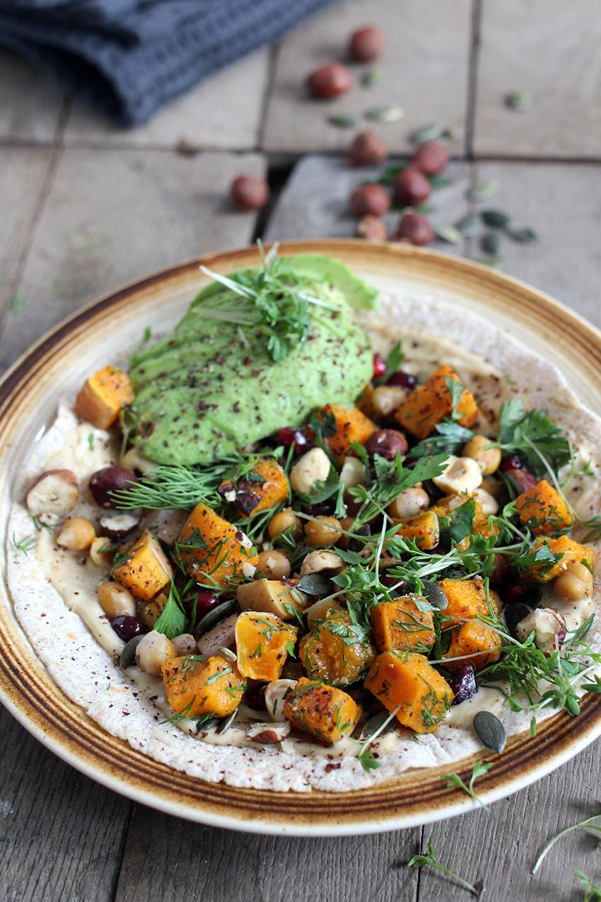 Vega wraps met pompoen, kikkererwten, avocado, granaatappel, hazelnoten & feta
