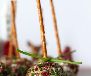 Kerst hapje/amuse: geitenkaastruffel met cranberry, pecannoten en bieslook & bijpassende Maple cranberry Bourbon Kerstcokctail