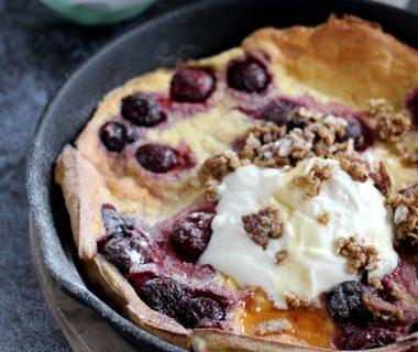 Dutch Baby pancake: dikke pannenkoek uit de oven met kersen