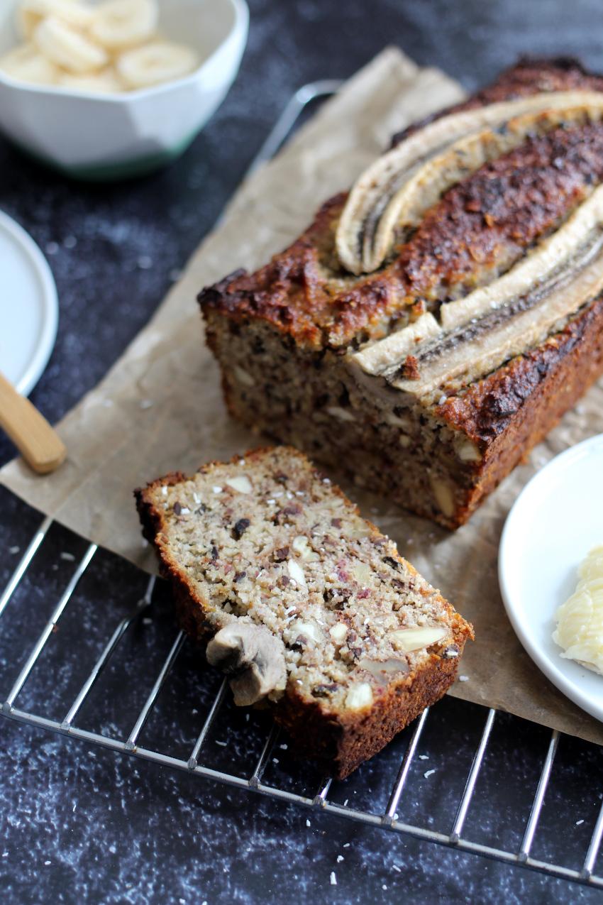 Gezond bananenbrood recept met amandelmeel, noten, chocolade en kokos