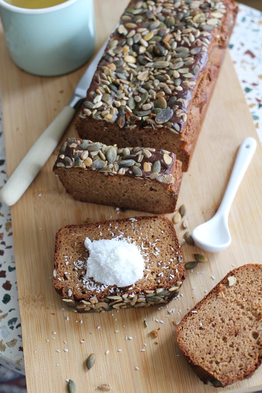 Koolhydraatarm notenbrood gemaakt van notenpasta