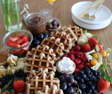 Ontbijtborrelplank een ontbijtplank om te borrelen (waffle breakfast board)
