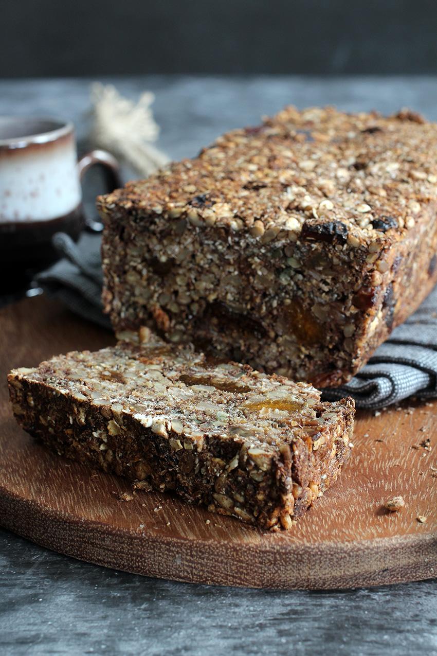 Glutenvrij havermoutbrood met zaden, pitten en gedroogd fruit (vegan)
